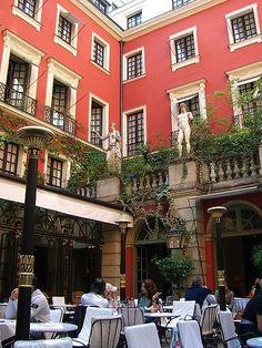. Le restaurant de l'Hotel Costes, 239 rue Saint Honoré, Paris 1er. Hotel Costes courtyard restaurant, 239 rue Saint honoré, Paris 1er