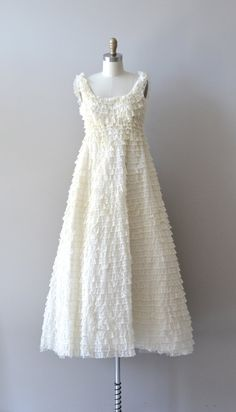 1960s wedding dress / ruffled lace wedding gown / por DearGolden, $435.00