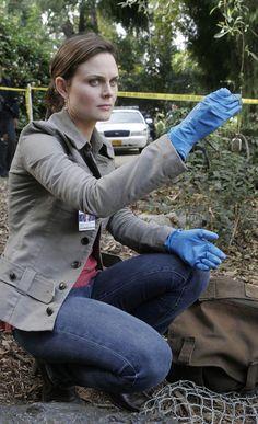 Emily Deschanel as Dr. Temperance Brennan Fox Broadcasting Co. Bones Serie, Bones Tv Series, Bones Tv Show, Emily Deschanel, Bones Season 2, Cast Of Bones, Temperance Brennan, Detective Outfit, Actresses