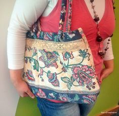 A cheerful and flowery shoulder bag for spring