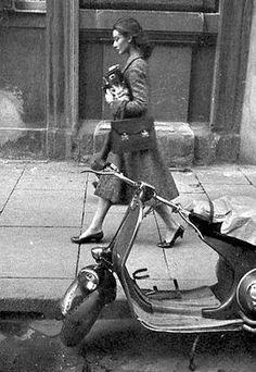 Audrey wearing a Balenciaga tweed coat, Hermès handbag and Salvatore Ferragamo shoes. Rome, 1959