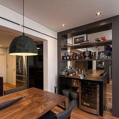 Sala de jantar integrada a cozinha com decor masculino! Destaque para o mini bar com adega refrigerada e para a luminária facetada Rock/Lumini -tema do post!  Confira peças e ambientes lindos com a tendência facetada no blog DecorSalteado! Projeto: Elaine Carvalho -------------------------------------------- Profissionais sigam o @DecorSalteado no Instagram, marquem suas fotos com a hashtag #decorsalteado e compartilhem seus projetos automaticamente no blog!