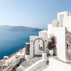 Madi Miller (@madimiller) • Instagram photos and videos Hotels In Oia Santorini, Santorini Island, Greece Resorts, Greece Wedding, 5 Star Hotels, Sun Lounger, Wedding Venues, Mansions, Luxury