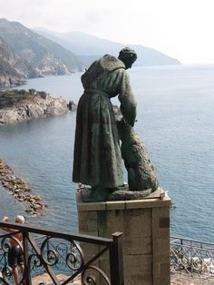 Statue of Saint Francis of Assisi and the wolf on the hill of San Cristoforo above Monterosso al Mare, Provincia della Spezia, Liguria, Italy. Turin, St Clare's, Francis Of Assisi, Catholic Saints, Kirchen, Religious Art, Italy Travel, Places To See, The Good Place