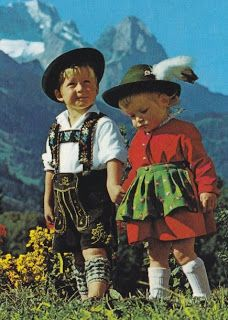 Children in traditional clothes, dirndl and lederhosen. Precious Children, Beautiful Children, Little People, Little Ones, Hansel Y Gretel, German Language, Baby Kind, People Of The World, Traditional Outfits