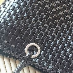 久しぶりにラティスバッグを制作中…。でも裁縫苦手なので、内袋の事を考えると手が止まり、2週間もこのまま放置状態です(^^; #ラメルヘンテープ #ラティスバッグ  #イントレッチオ #ワイヤーバッグ #アンテプリマ風  #まだ途中  #ジュエリーレース #キラキラ #かごバッグ #ネットは見えない #ジュエリーヤーン