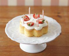 クローバー型のシリコン型で焼き上げた、かわいらしいお誕生日ケーキ。/ハートクローバーシリコン型でできる スイーツ&料理(「はんど&はあと」2012年2月号)