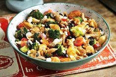 A legszínesebb csirkés tésztasali | Street Kitchen Pasta Salad, Food And Drink, Ethnic Recipes, Kitchen, Street, Red Peppers, Crab Pasta Salad, Cooking, Kitchens