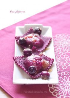 Ravioli viola alla rapa rossa e mirtilli Ravioli, Pasta Recipes, Cooking Recipes, Yakisoba, Purple Food, Flower Food, Weird Food, Edible Flowers, Creative Food
