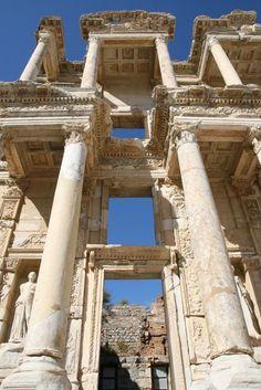 #Izmir Ephèse : Grand sanctuaire dédié à Artémis considéré comme la déesse tutélaire de la cité, qui comptait parmi les sept merveilles du monde.