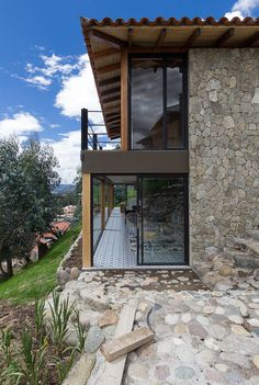 Gallery of Stone House / Inai Arquitectura - 9 Stone Barns, Stone Houses, Home Building Design, Building A House, Casa Do Rock, Stone House Plans, Houses On Slopes, Design Exterior, Hillside House