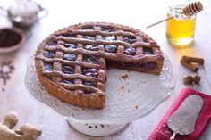 La crostata speziata con confettura di fragole è una torta profumata e dal gusto avvolgente, con una frolla di pan di zenzero!