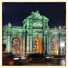 Las luces de #navidad adornan los arcos de la Puerta de Alcalá #Madrid #puertadealcalá #night #noche #MadridMeMola | Flickr: Intercambio de ...