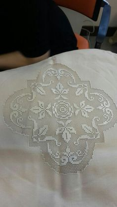 This Pin was discovered by Mih Drawn Thread, Thread Work, Make Beauty, Crochet Tablecloth, Lace Making, Bargello, Bobbin Lace, Table Toppers, Crochet Home