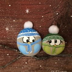 These adorable owls are hand painted on round stones, picked from the shores of Lake Ontario. They are then super-glued Pebble Painting, Pebble Art, Stone Painting, Stone Crafts, Rock Crafts, Arts And Crafts, Snowman Crafts, Christmas Crafts, Painted Rocks