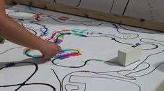 Yuri Suzuki es un diseñador japonés que, debido a su dislexia, nunca pudo leer partituras musicales de la forma tradicional, lo que lo llevó a crear una instalación interactiva en el Museo de Arte Moderno en Luxemburgo en la cual los visitantes pueden crear su propia música a través de colores.