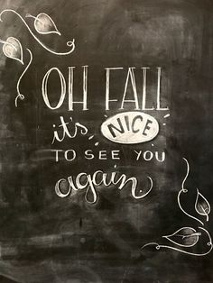 Creative Chalkboard Kitchen Decoration To Stand Out – While whiteboards may be more attractive, there are those who still prefer to use chalkboards. Because of their relatively large sizes, some chalkboar… Fall Chalkboard Art, Chalkboard Art Quotes, Kitchen Chalkboard, Chalkboard Drawings, Chalkboard Lettering, Chalkboard Designs, Chalkboard Ideas, Halloween Chalkboard Art, Blackboard Chalk