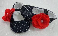 Sapatinho Tango  Feito em feltro em poá preto e branco com uma maxi-flor para dar um charme, elastico para segurar no pesinho do bebê    Tamanhos  P 0-3 meses 9 cm de solado  M 3-6 meses 11 cm de solado  G 6-9 meses 12 cm de solado R$ 40,00