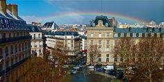 Arc-en-ciel. Place de la République à Paris.