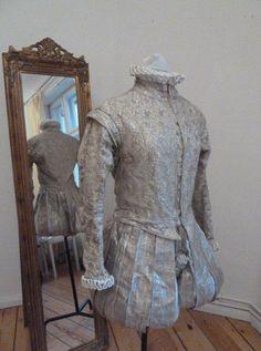 Completo di farsetto e pantalone corto a sbuffo in damascato argento. Costo £300
