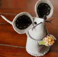 Você pode fazer um ratinho de feltro para decorar a sua casa, presentear alguma criança ou para o seu bichinho de estimação brincar.