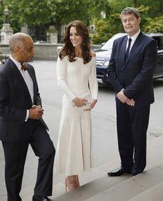Duquesa de Cambridge elege modelo off white da marca da estilista radicada em Londres                                                                                                                                                      Mais