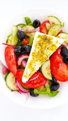 tradycyjna sałatka grecka Caprese Salad, Ethnic Recipes, Food, Diet, Salads, Essen, Meals, Yemek, Insalata Caprese
