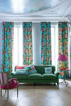 .azul com cortinas coloridas