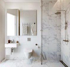 petite salle de bains avec un carrelage imitation marbre blanc, une douche à l'italienne et un sanitaire blanc