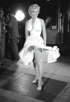 """""""La Tentación Vive Arriba"""". Seguro que todo el mundo conoce esta película por la famosa escena, en la que Marilyn Monroe sobre las rejillas del metro se le levanta el vestido por el aire. Un vestido icónico y probablemente, uno de los más famosos de la historia. De este vestido hay muchas copias. Pero el original utilizado en la escena era de un color más hueso que blanco."""