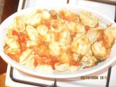 Reteta culinara Gnocchi cu rosii si mozzarella la cuptor din categoria Paste si pizza. Cum sa faci Gnocchi cu rosii si mozzarella la cuptor Gnocchi, Mozzarella, Shrimp, Pizza, Meat, Food, Meals