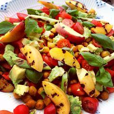Salat med karry-ristede kikærter og grillede nektariner