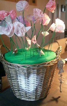 Huwelijk _ cadeau, bloemenmand met daarin bloembollen.  Top: gemaakte bloemen met vlinders van geld.