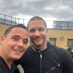 Fan pic di oggi 12/06/2018 Not everyday you get to meet Tom Hardy! What a legend and such a nice guy to talk too!! https://www.instagram.com/dariiiorafael/ #legend #tomhardy #nofilterneeded #tomhardy #alcapone #fonzo #venom ️ ️