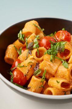 Ein schnelles einfaches Rezept für Pasta mit Kirschtomaten und Feta. Fertig in unter 20 Minuten und bestechend in Einfachheit und Geschmack. Perfekt für die Tage, an denen es schnell gehen soll!