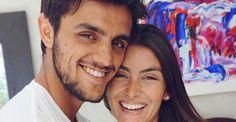 Grávida de Felipe Simas, Mariana Uhlmann posa em família e exibe barrigão na piscina