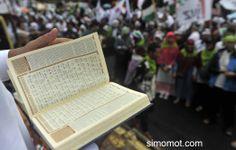 Kaum muslimin menggelar aksi demo peduli Gaza-Palestina di Bundaran Hotel Indonesia, Jakarta, Minggu (13/7).