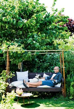 DIY: build a trellis of bamboo branches and string around a bench. Use thick branches of the skeleton and small branches for cross sticks. Plant a climber, like wisteria seen here. Forest Garden, Garden Paths, Outdoor Spaces, Outdoor Living, Building A Trellis, Le Far West, Outdoor Furniture, Outdoor Decor, Provence