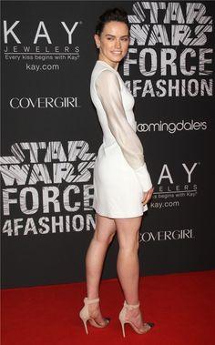 Daisy Ridley con vestido blanco de David Koma