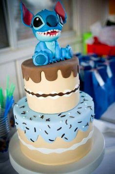So I've been spamming cake pictures all day coz they're all so pretty! This is my last Disney Cakes post with characters from all your favourite movies! Leave a comment. Talk to me :P XX Pretty Cakes, Cute Cakes, Beautiful Cakes, Amazing Cakes, Crazy Cakes, Fancy Cakes, Lilo And Stitch Cake, Lilo Stitch, Disney Stitch