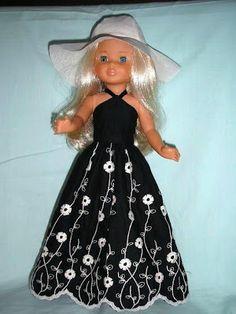 Pasión por nancy: MODELOS CREACIÓN PROPIA. Vestido largo compuesto por top negro y falda larga bordada.