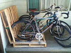 Hacks - Make a Pallet Bike Rack. Have old pallets that you need to get rid of? Why not make a bike rack to get your garage organized? Pallet Bike Racks, Diy Bike Rack, Bicycle Rack, Bicycle Stand, Bike Holder, Bike Stands, Wood Bike Rack, Tv Stands, Outdoor Pallet Projects