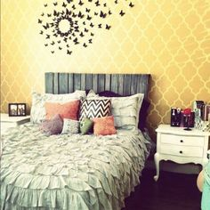 Ruffled bedspread with a lot of pillows with different pattens
