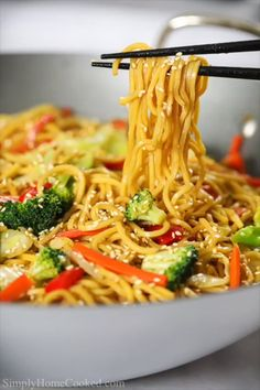 Vegetable Chow Mein Vegetable Chow Mein This delicious vegetable chow mein is loaded with stir-fried vegetables, thick yakisoba noddles, and an easy Asian sauce that takes this dish to the next level. Tasty Videos, Food Videos, Recipe Videos, Tasty Vegetarian Recipes, Healthy Recipes, Vegetarian Spring Rolls, Easy Dinner Recipes, Easy Meals, Asian Cooking