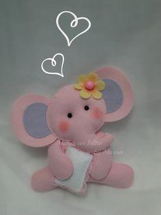 Linda Elefantinha bebê com travesseiro em feltro e aplicação de florzinha na cabeça. Uma gracinha para decorar o quartinho da sua bebê, ou até mesmo uma festinha com o tema safári. R$ 23,00