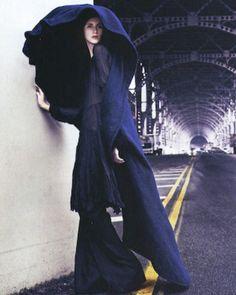 Phong cách của Yamamoto sử dụng là những mảng màu đơn giản như đen, đậm và trắng kết hợp với những chấm màu rải rác, và phong cách đó 1 thời tạo ra những trang phục cho cả nam & nữ tùy theo phức tạp hay đơn giản, mà nhanh chóng trở nên những trang phục kinh điển khó quên.