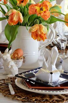 Feierliche Osterdekoration-Häschen aus weißer Stoff-Serviette gefaltet