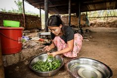 Ingredients for Fried potatoes with garlic and tomato, spinach and boiled rice: •Four cups of rice •Five cloves of garlic •Vegetable oil •Salt •One tomato •Five potatoes •A large saucepan full of fresh spinach leaves © World Food Programme / Chris Terry – supported by the EU