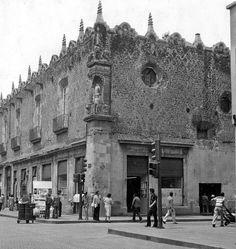 El Real Monasterio de Jesús María, ubicado en la esquina de Jesús María y Corregidora, en una imagen de finales de los años setenta. Este convento fue erigido en 1580, y tras la exclaustración, el inmueble tuvo diversos usos a lo largo del tiempo; para 1922 alojó el cine Progreso Mundial, y posteriormente fue ocupado por diversos establecimientos comerciales incluyendo una tienda Viana.