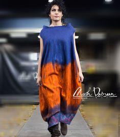 Купить или заказать Валяное Платье - баллон ' В Тибете...' в интернет-магазине на Ярмарке Мастеров. Валяное платье-баллон оранжево- синего цвета . Платье выполнено в технике мокрого валяния из высококачественной мериносовой шерсти ( 18 мк ) абсолютно не колется, спокойно можно надевать на тело. Платье очень оригинально сидит как на более крупных так и на худеньких девушках Очень стильное и нестандартное. Для ярких , смелых и уверенных в себе девушек и женщин!